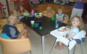Kinderen aan de ontbijttafel